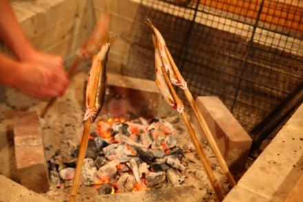 囲炉裏で鮎の塩焼き