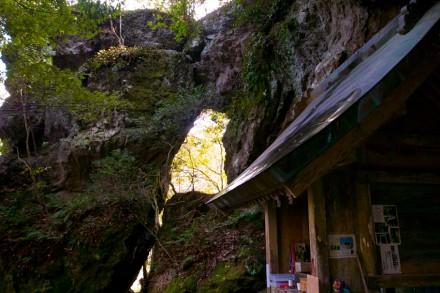 韓竃神社の社殿と岩