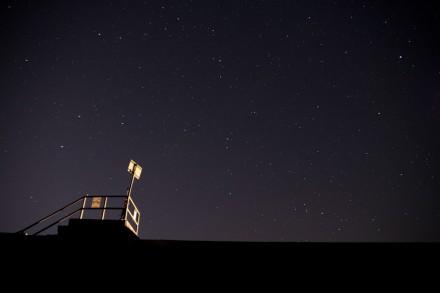 堤防越しの星空